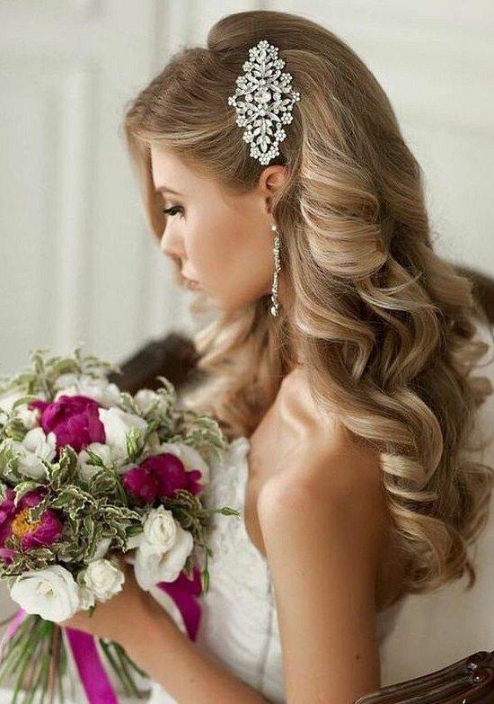 interesnye pricheski s cvetami na svadbu