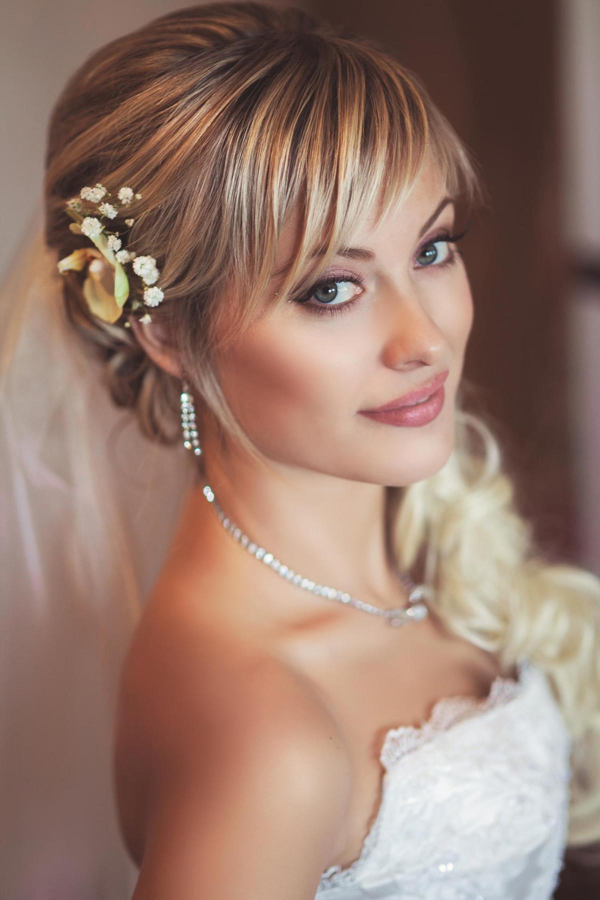 trendovye svadebnye pricheski s chelkoj